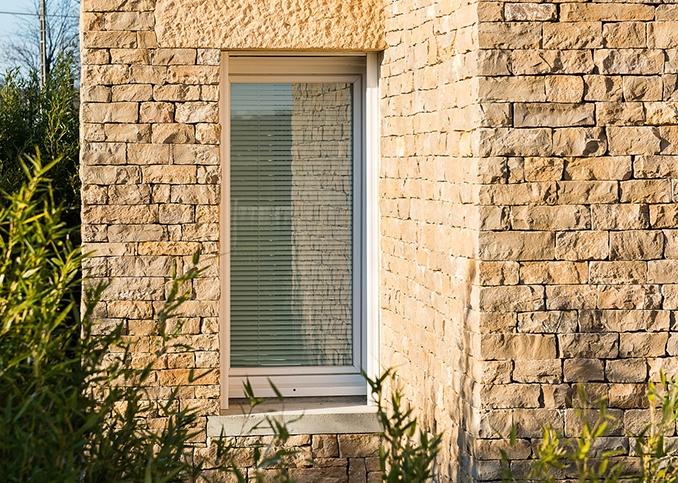 fenêtre en pvc dans une façade en pierre