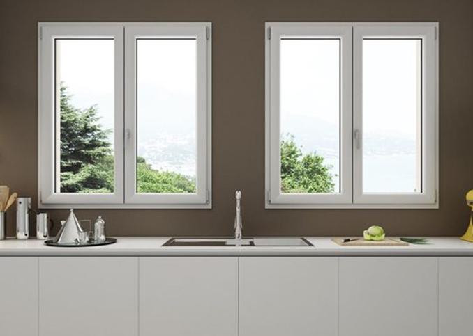 Deux fenêtres en pvc dans une cuisine