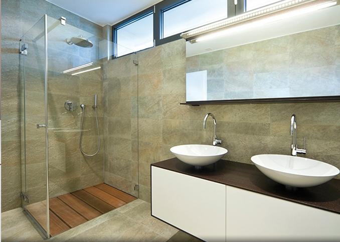 photo d'une douche équipée de pare douche en verre